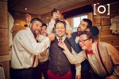 photo-drole-cortege-gars-honneur-preparatif-fun-mariage-photographe